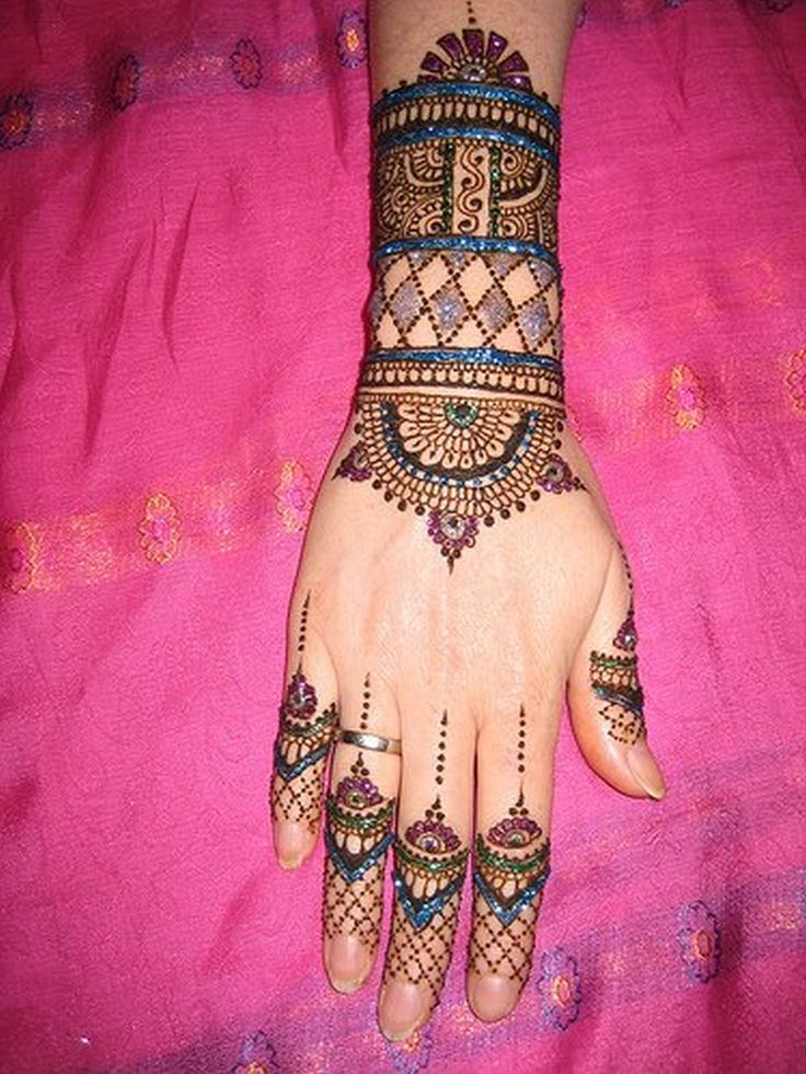 bangle-like-mehndi-design-in-back-hand