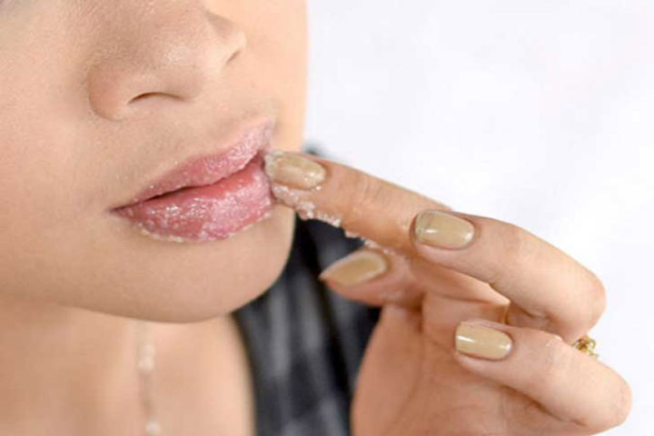 11 Natural Remedies To Exfoliate Your Lips Right At Home