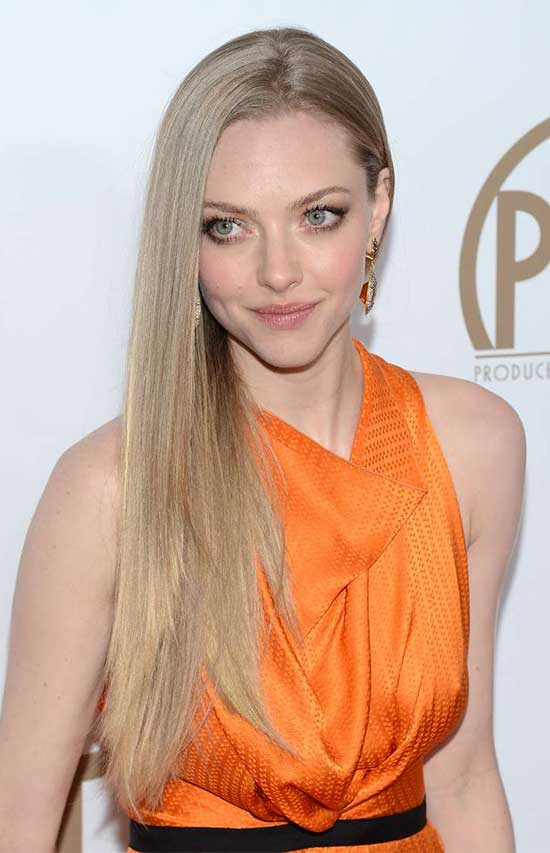 Amanda Seyfried side part blode straight hair