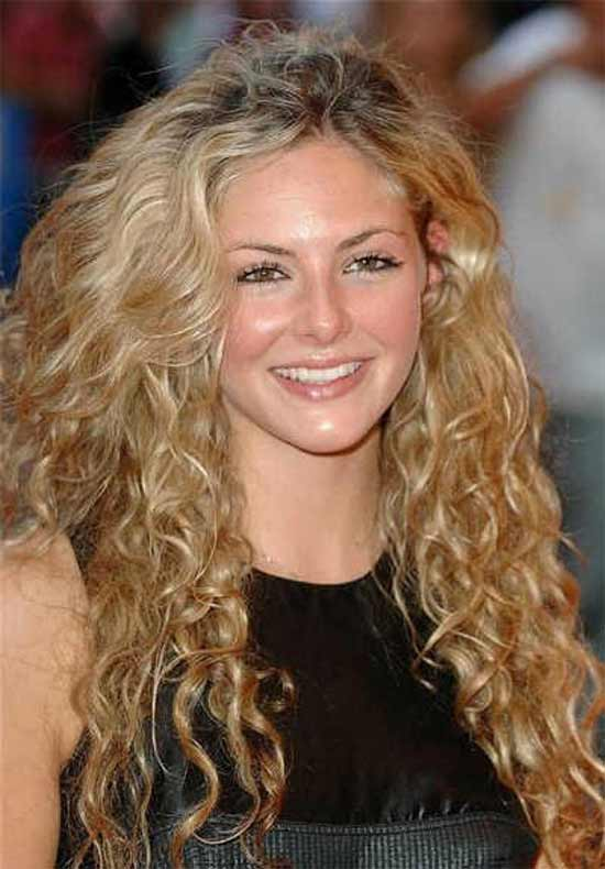 Avec Tamsin Egerton naturally curly hair style