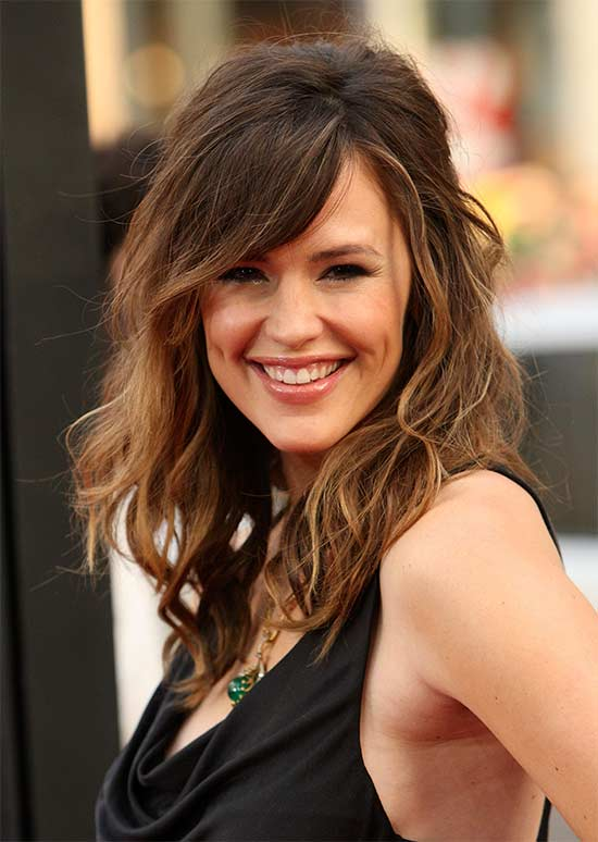 Jennifer Garner medium length shag hairstyle in side view