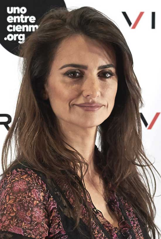 Penelope Cruz side parted hair style
