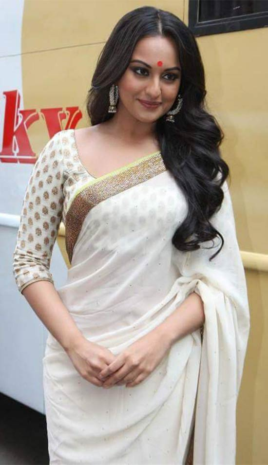 Sonakshi-Sinha-In-Cream-Saree-With-Gold-Zari-Border