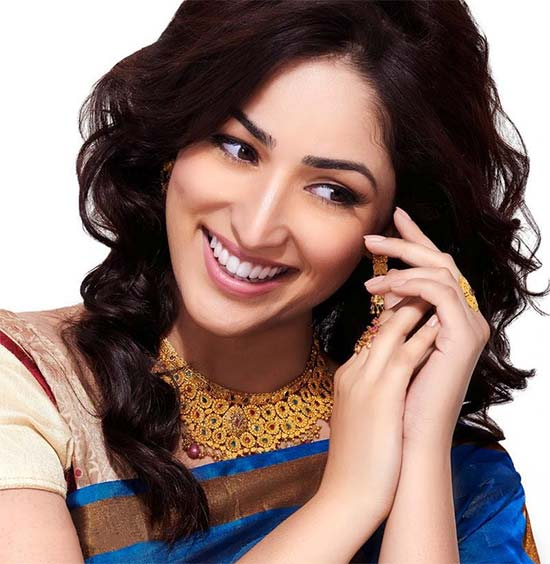 Yami-Gautam-In-Cream-And-Blue-Saree
