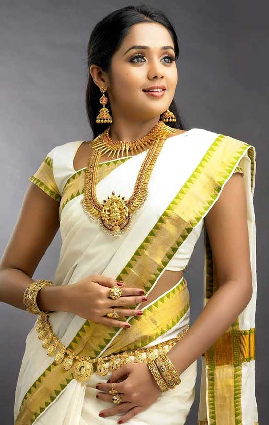 Ananya-in-Kerla-wedding-saree
