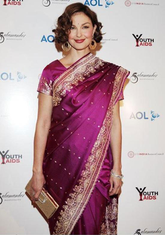Ashley Judd draped the saree in a traditional way