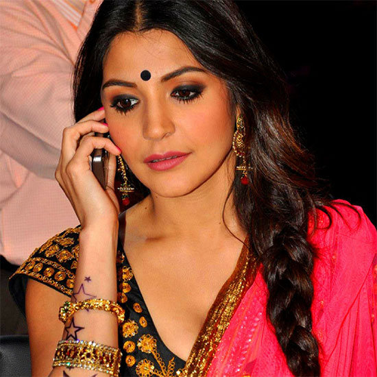 anushka-sharma in red Saree