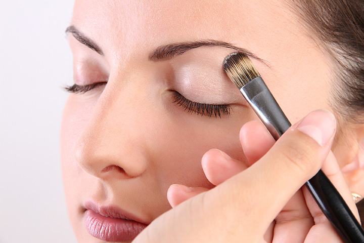 applying eyeshadow primer